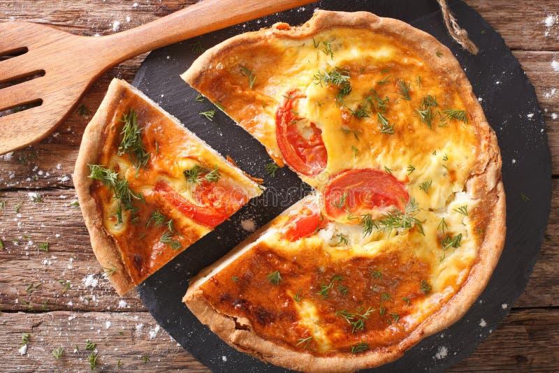 Torta recentemente cozida com queijo de feta, tomates e close up das ervas imagens de stock