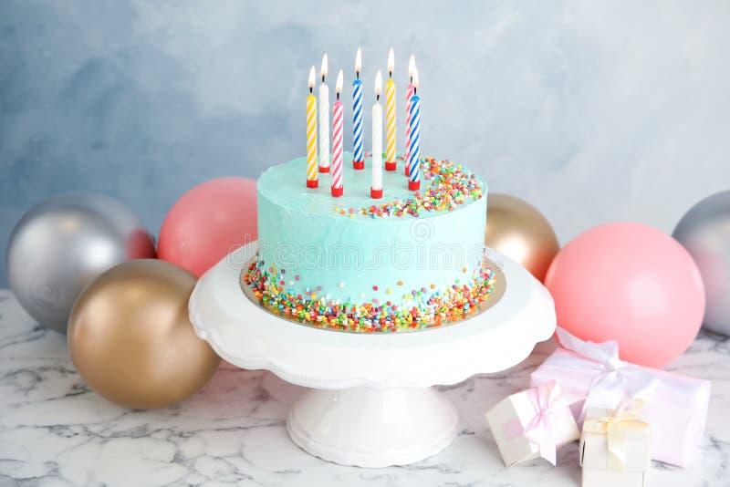 Torta, regalos y globos deliciosos frescos de cumpleaños en la tabla imágenes de archivo libres de regalías