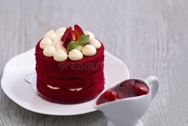 Torta roja de la fresa con el chocolate blanco en la madera imágenes de archivo libres de regalías