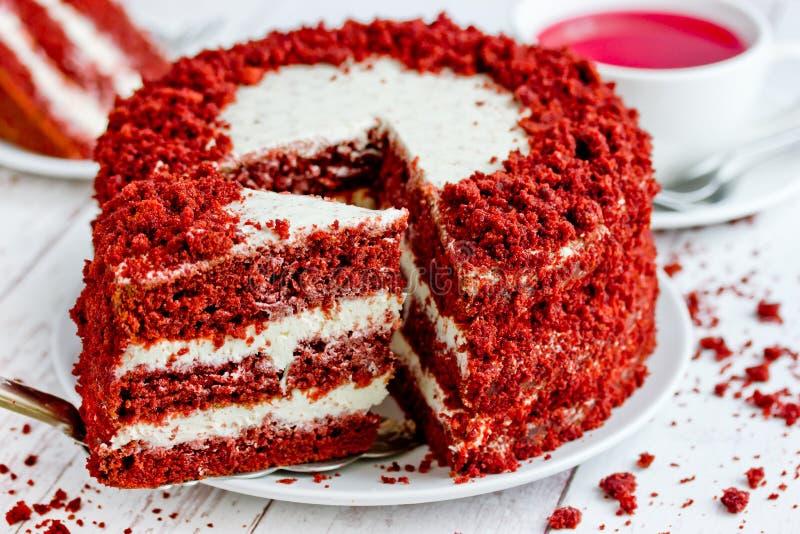 Torta roja del terciopelo, torta acodada de la obra cl?sica tres de los bizcochos esponjosos rojos de la mantequilla con helar de fotografía de archivo