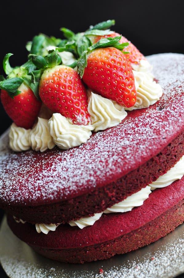Torta roja del terciopelo adornada con las fresas frescas fotografía de archivo libre de regalías