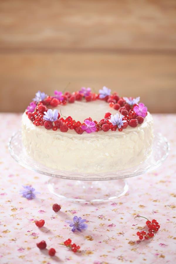 Torta roja del terciopelo con helar del queso cremoso foto de archivo libre de regalías
