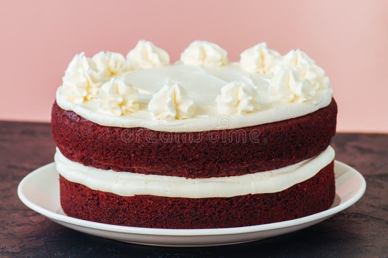 Torta roja del terciopelo con helar del queso cremoso imágenes de archivo libres de regalías