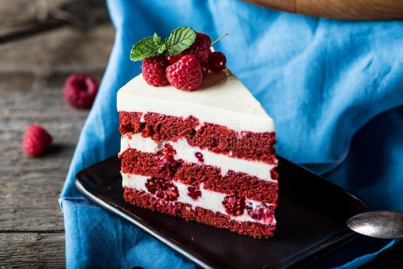 Torta roja del terciopelo en el tablero de madera Rebanada de torta Torta de la frambuesa La torta del diablo Postre de la boda M fotos de archivo libres de regalías