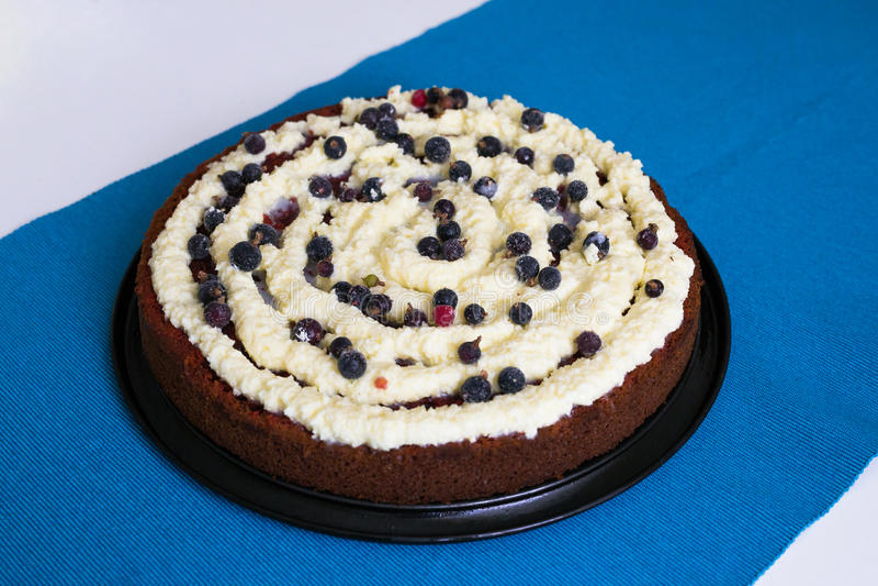 Torta roja del terciopelo en fondo azul foto de archivo libre de regalías