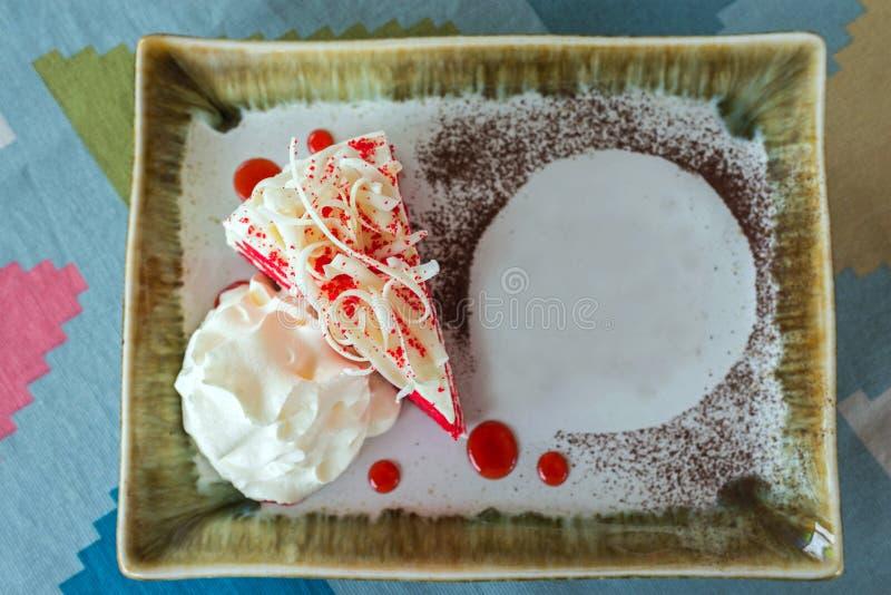 Torta roja del terciopelo en la placa fotos de archivo libres de regalías