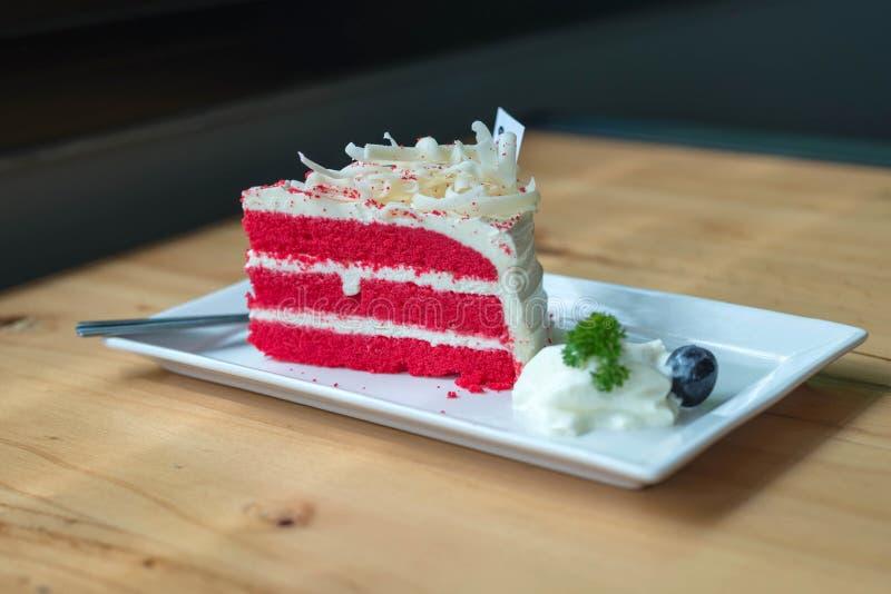 Torta roja del terciopelo en la placa blanca fotografía de archivo