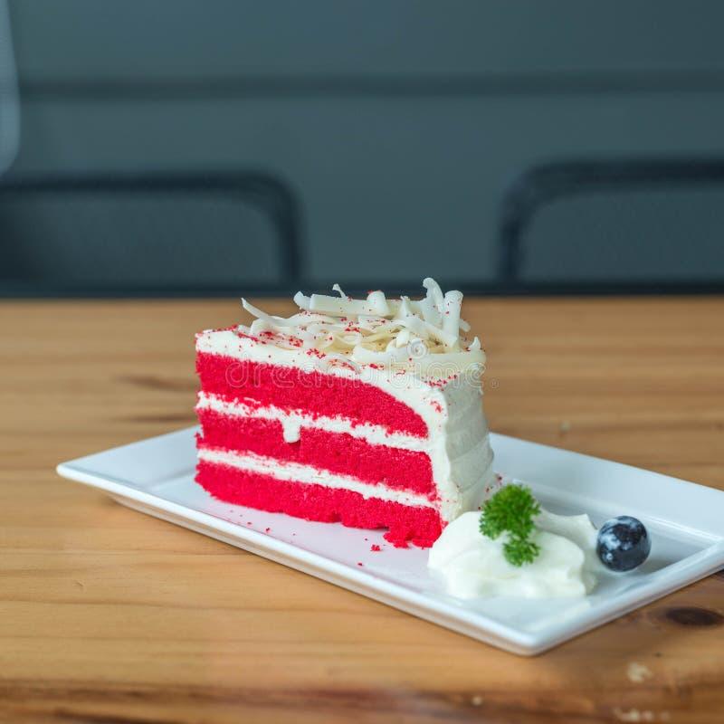 Torta roja del terciopelo en la placa blanca fotos de archivo libres de regalías