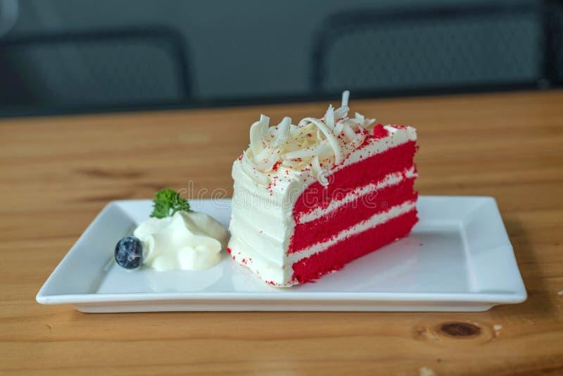 Torta roja del terciopelo en la placa blanca fotos de archivo