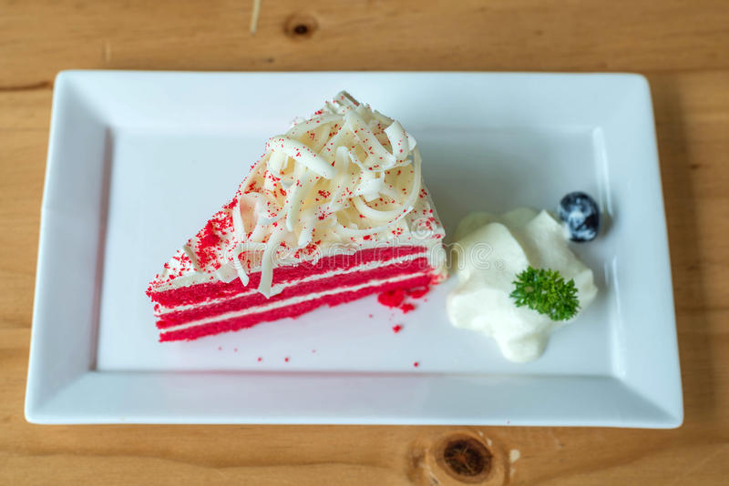 Torta roja del terciopelo en la placa blanca imagen de archivo libre de regalías
