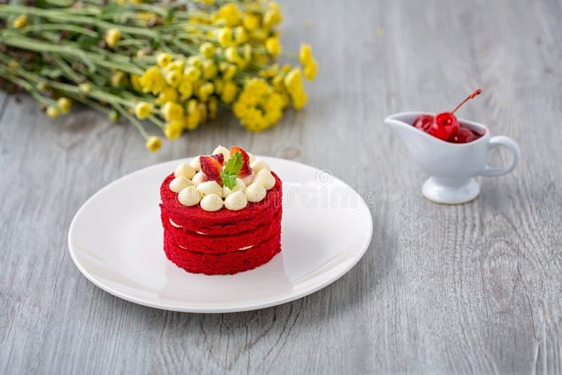 Torta roja tailandesa Torta roja del terciopelo Galletas adornadas con la torta roja en la tabla y la flor de madera mañana de la fotos de archivo