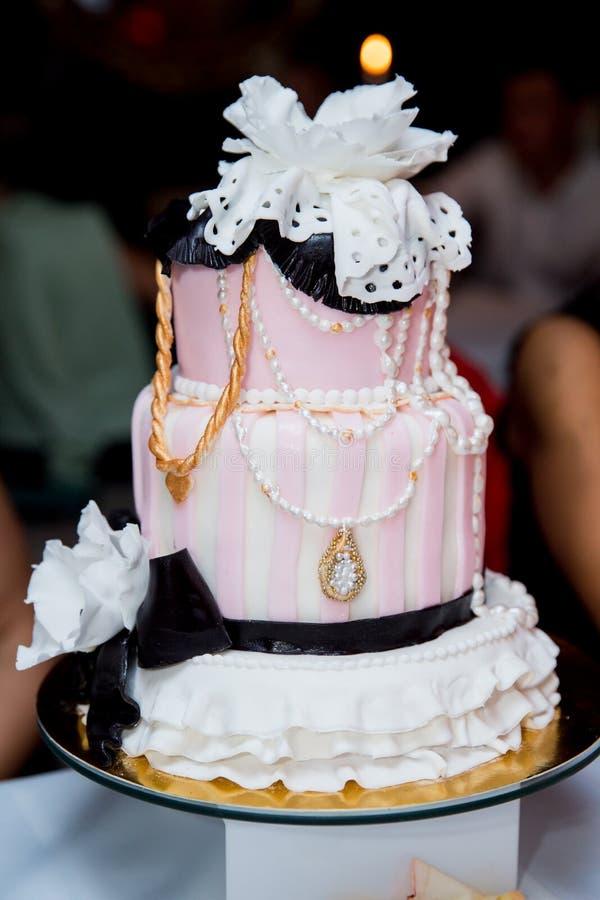 Torta rosada hermosa con las decoraciones para un partido fotos de archivo libres de regalías