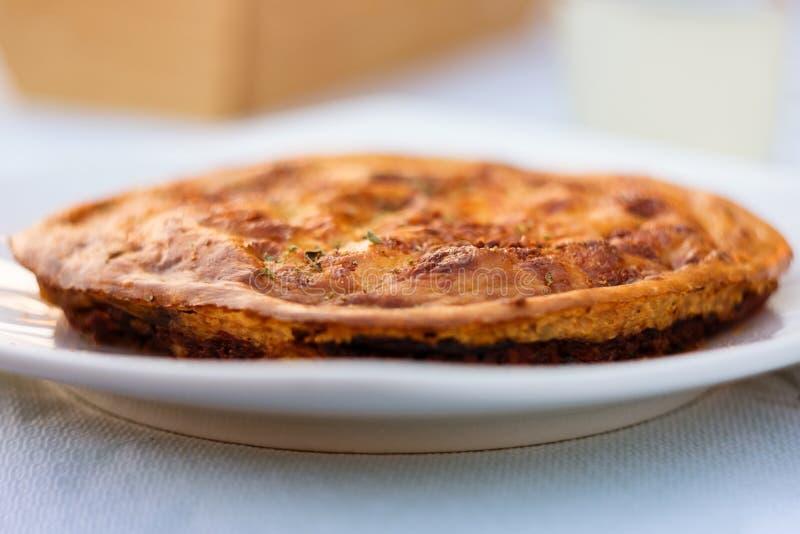 Torta saboroso perfeitamente cozida de Moussaka na placa branca imagem de stock royalty free