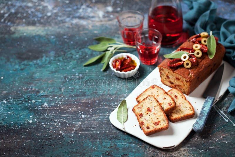 Torta sabrosa del pan con queso, los tomates, el jamón y las aceitunas imagen de archivo libre de regalías