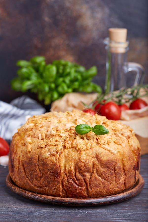 Torta saporita chiusa deliziosa con le uova ed il materiale da otturazione degli spinaci fotografia stock libera da diritti