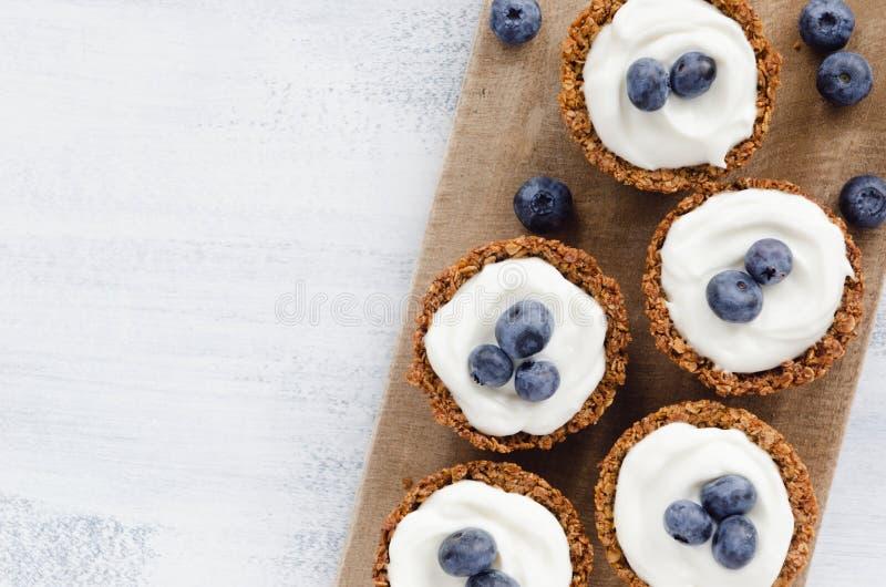 Torta saudável da sobremesa com mirtilo fresco fotografia de stock