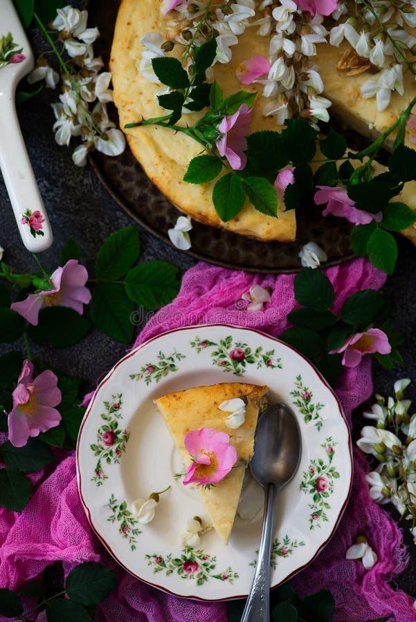 TORTA SUAVE CON LAS FLORES BLANCAS DEL RICOTTA Y DEL ACACIA DEL CHOCOLATE Vintage del estilo Estilo rústico imagen de archivo