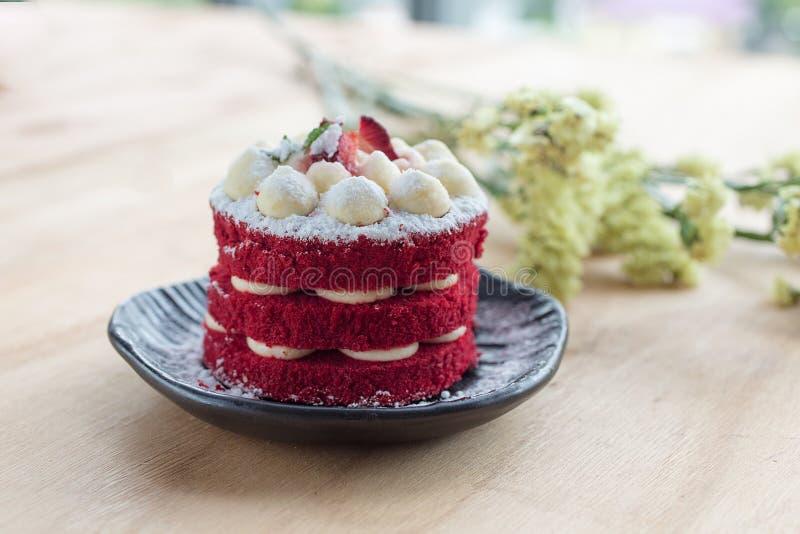 Torta tailandese Dolce rosso del velluto Biscotti decorati con il dolce rosso su w fotografie stock libere da diritti