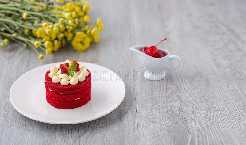 Torta tailandese Dolce rosso del velluto Biscotti decorati con il dolce rosso su w fotografia stock