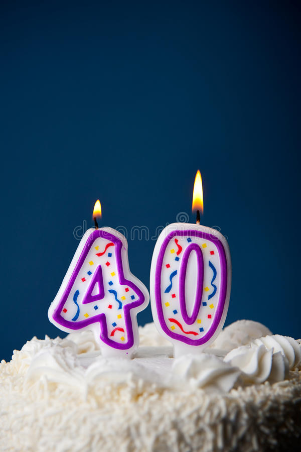 Torta: Torta de cumpleaños con las velas para el 40.o cumpleaños imágenes de archivo libres de regalías
