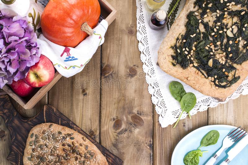 Torta tradicional com espinafres e porcas Pastelaria caseiro saboroso sobre fotos de stock