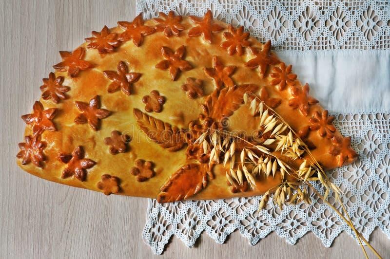 Torta tradicional cozida fresca com couve e ovos fotos de stock
