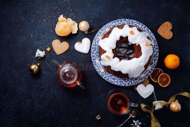 Torta tradicional de la Navidad con las frutas secadas empapadas en esmalte del ron y del azúcar imagen de archivo