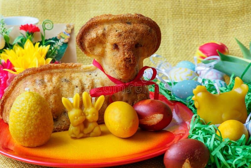 Torta tradicional del cordero de pascua con la decoración de pascua imagenes de archivo
