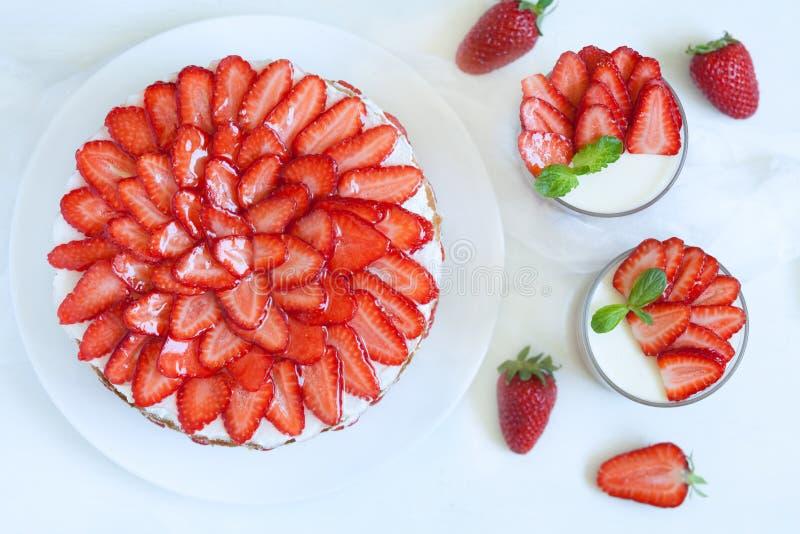 Torta tradicional deliciosa de la fresa de la celebración imágenes de archivo libres de regalías