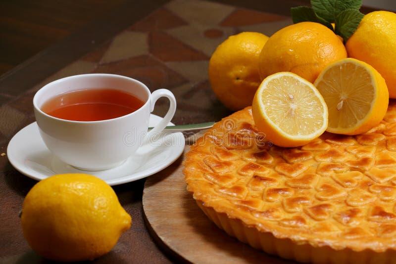 Torta tradizionale del limone con tè immagini stock libere da diritti