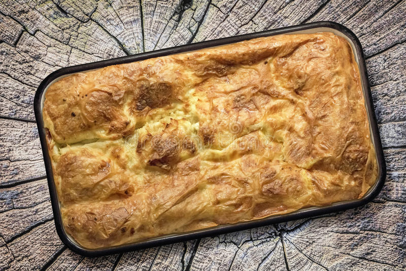 Torta tradizionale serba del formaggio sgualcita gibanica - Forno tradizionale microonde ...