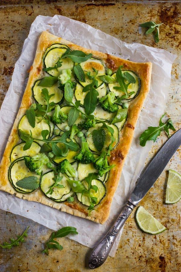 Torta vegetariana del soffio con lo zucchini, i broccoli ed i piselli fotografia stock libera da diritti