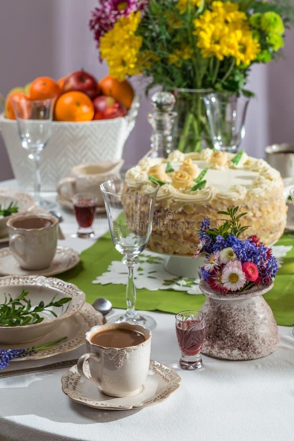 Torta y café de cumpleaños para una celebración fotografía de archivo libre de regalías