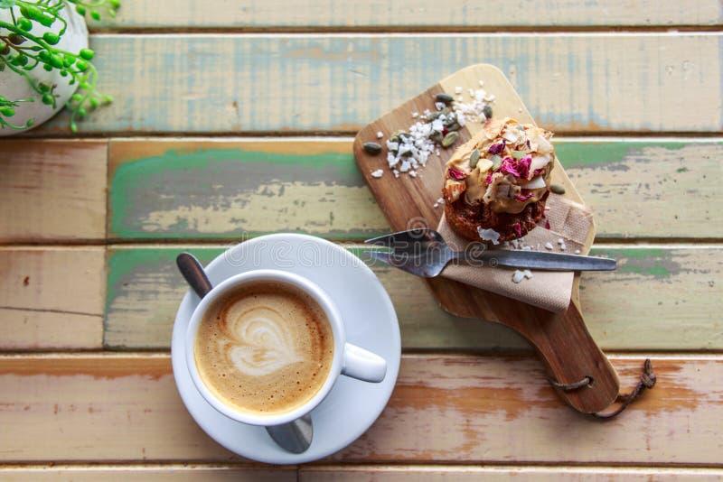 Torta y café de zanahoria en la tabla de madera fotos de archivo libres de regalías