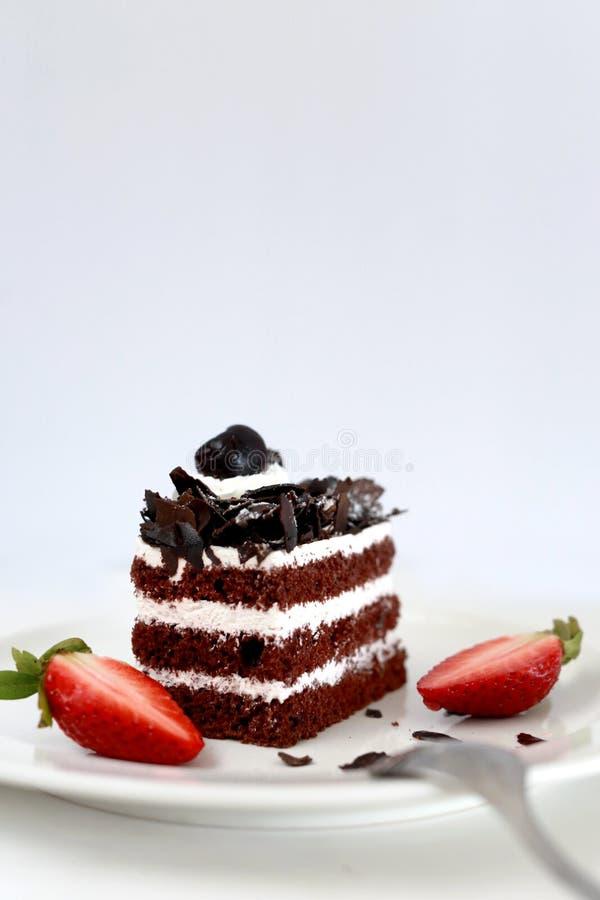 Torta y fresas de chocolate imagenes de archivo