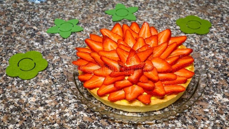 Torta y fresas imagen de archivo libre de regalías