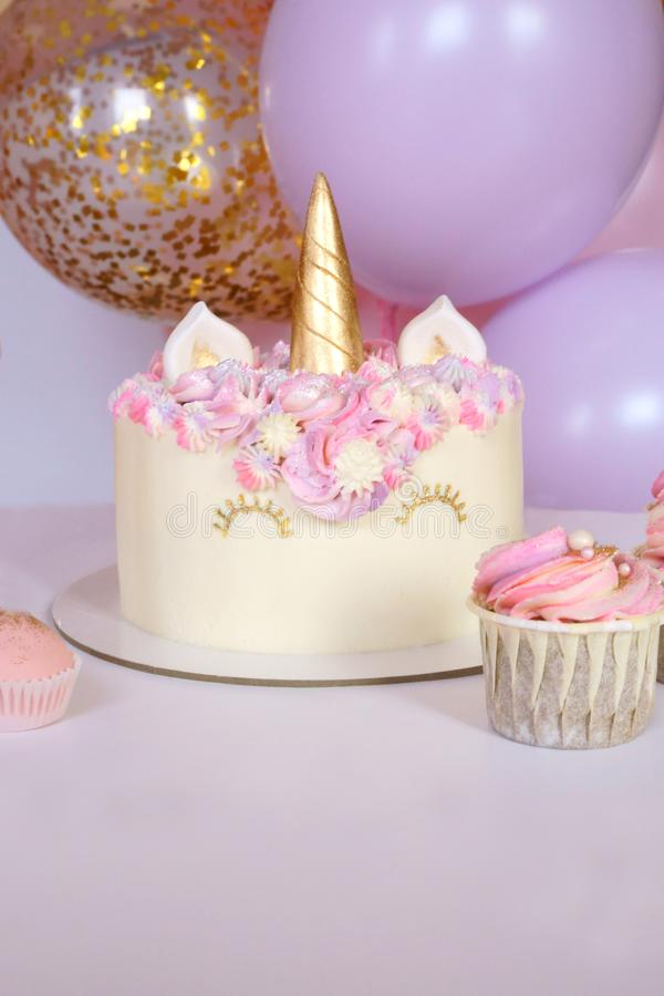 Torta y magdalenas sabrosas para los niños, cumpleaños fotografía de archivo libre de regalías