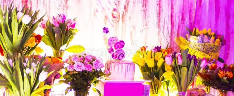 Torta y ramos de flores Cumplea?os imágenes de archivo libres de regalías