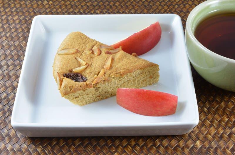 Torta y té sabrosos en una tarde agradable del día de fiesta fotografía de archivo