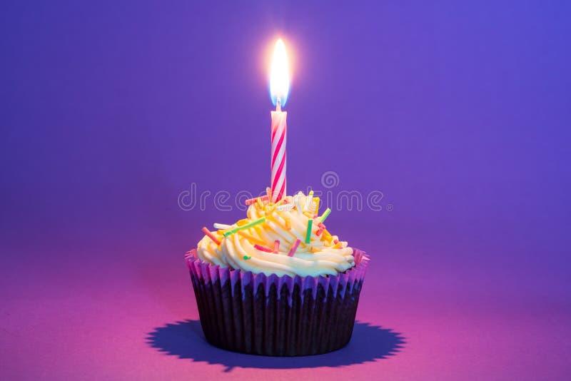 Torta y vela de cumpleaños foto de archivo libre de regalías