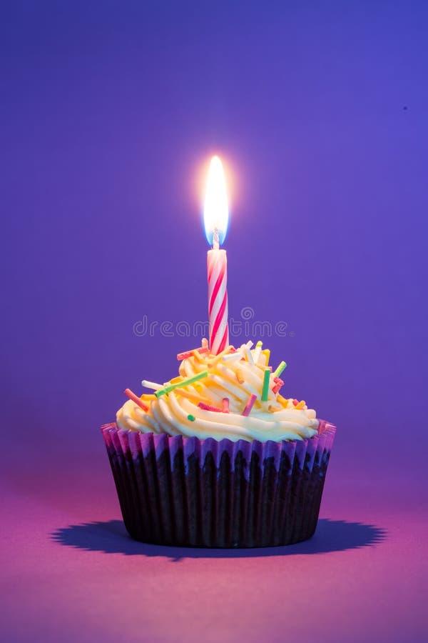 Torta y vela de cumpleaños foto de archivo