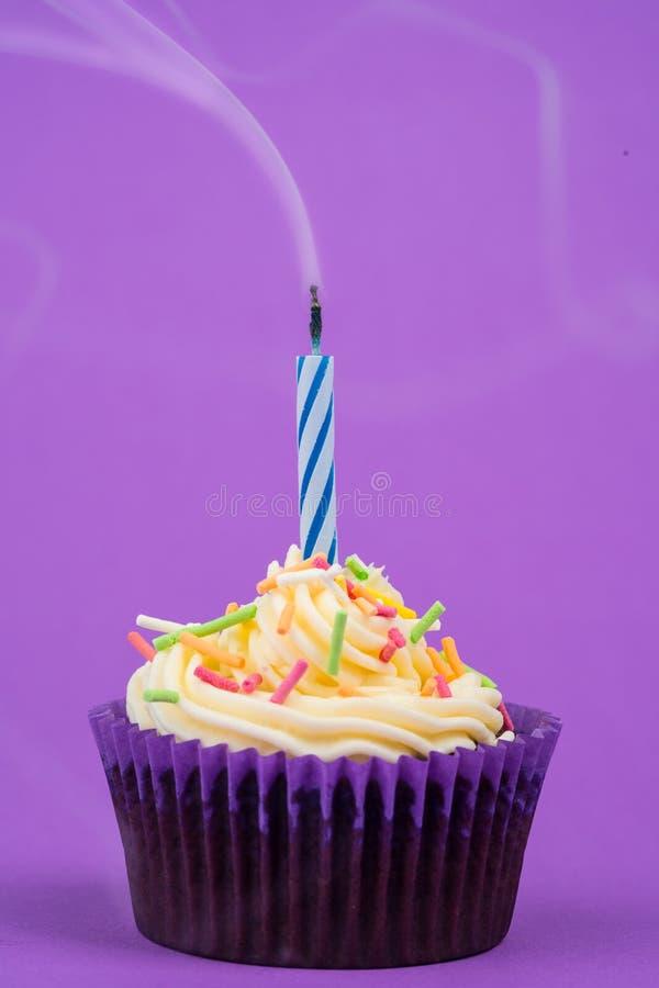 Torta y vela de cumpleaños imágenes de archivo libres de regalías