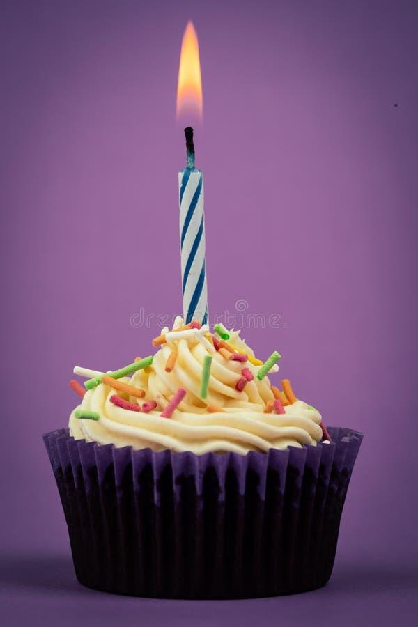 Torta y vela de cumpleaños fotos de archivo libres de regalías