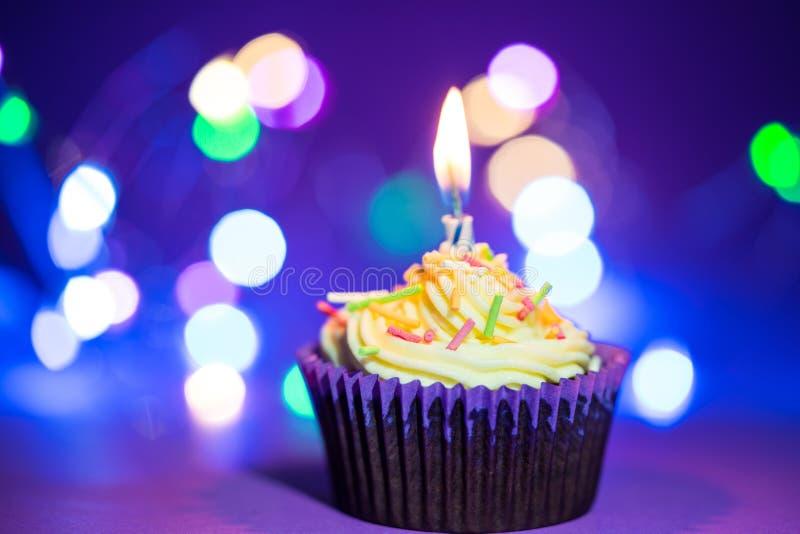Torta y vela de cumpleaños fotos de archivo