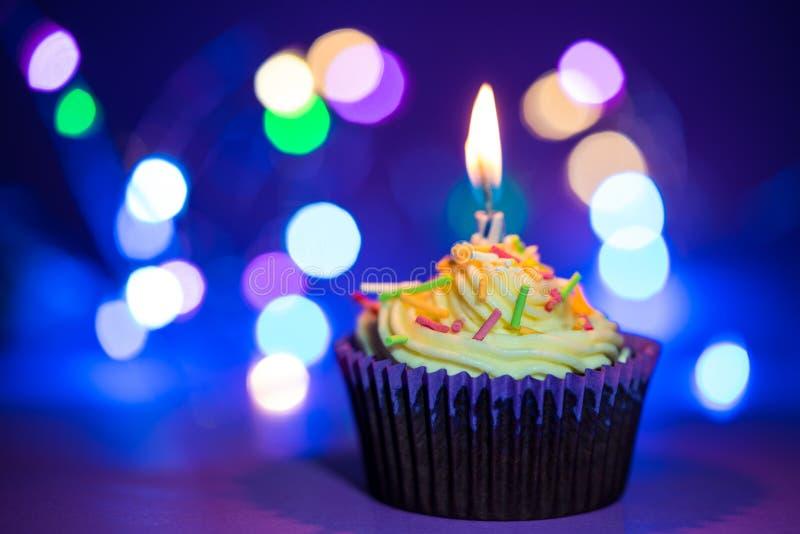 Torta y vela de cumpleaños imagenes de archivo
