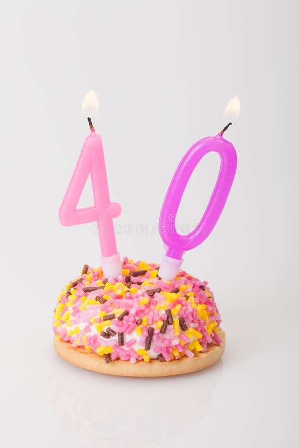 Torta y vela de cumpleaños para la edad 40 foto de archivo