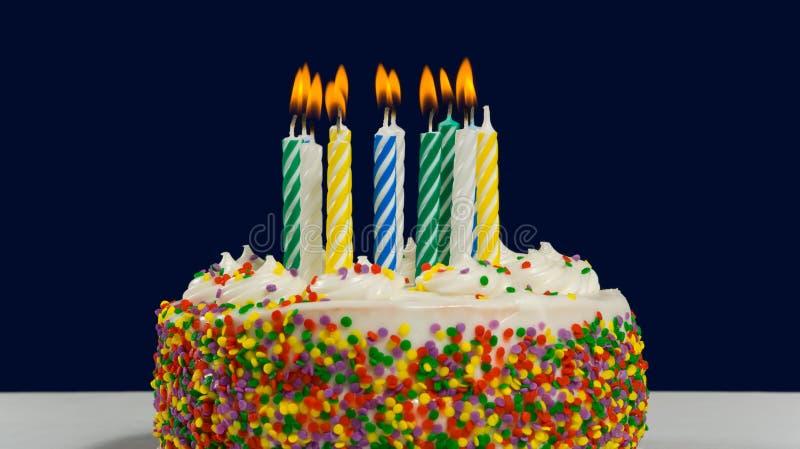 Torta y velas de cumpleaños foto de archivo