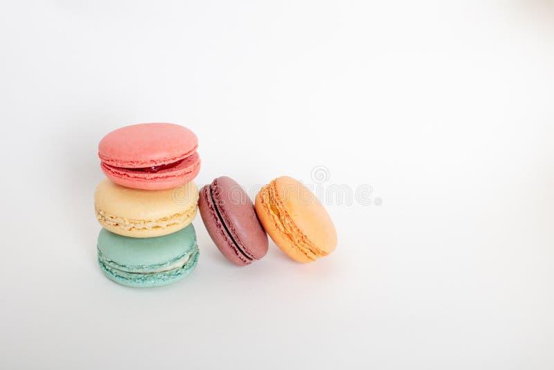 Tortas coloridas de los macarons Pequeñas tortas del francés imagen de archivo libre de regalías