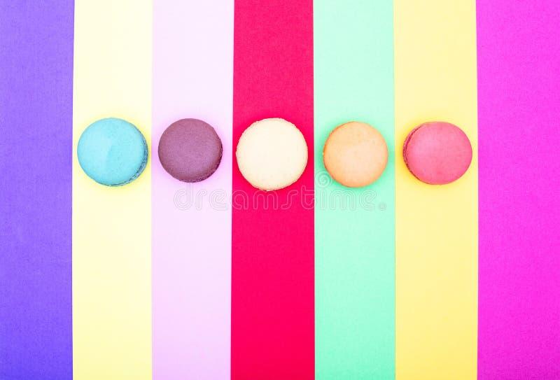 Tortas coloridas de los macarons Pequeñas tortas del francés imagen de archivo