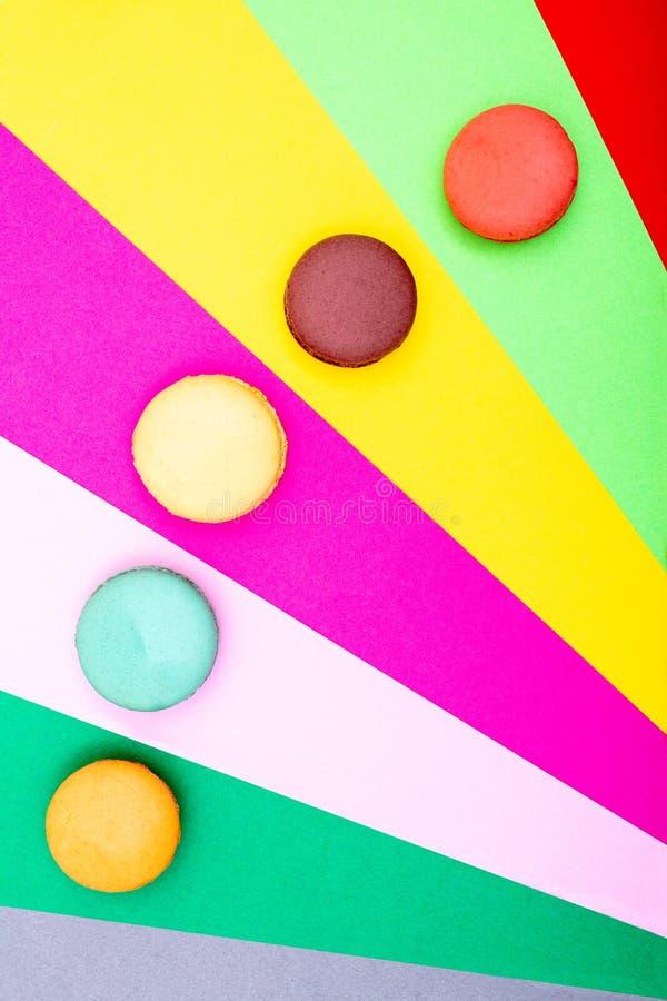 Tortas coloridas de los macarons Pequeñas tortas del francés fotografía de archivo